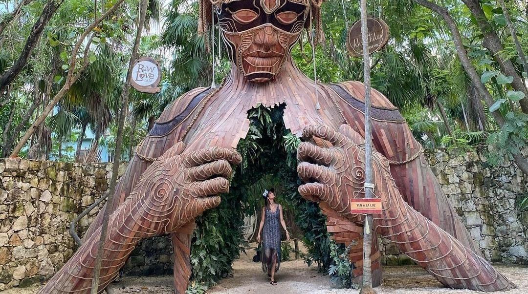 """Escultura """"Ven hacia la luz"""", Tulum, México"""