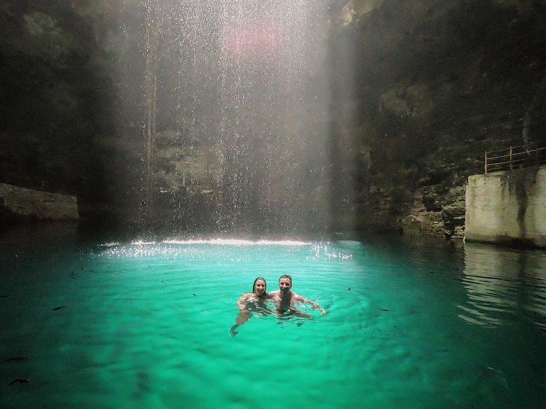 Cenote Hubikú, un pozo de agua color azul eléctrico