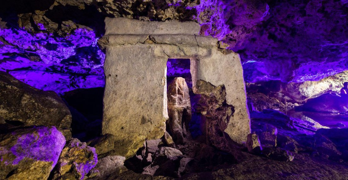 Encuentran antiguo altar maya dentro de un cenote de Playa del Carmen