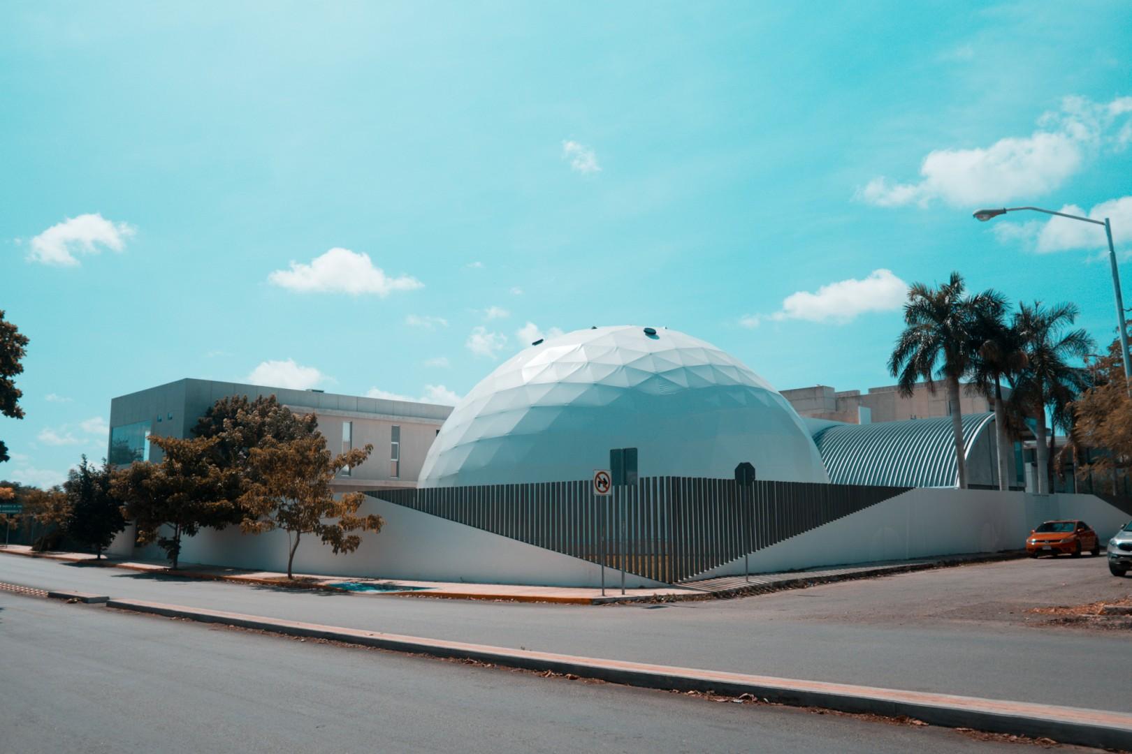 ¿Qué es la extraña esfera blanca ubicada en Prolongación Montejo?